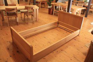 木のベッド